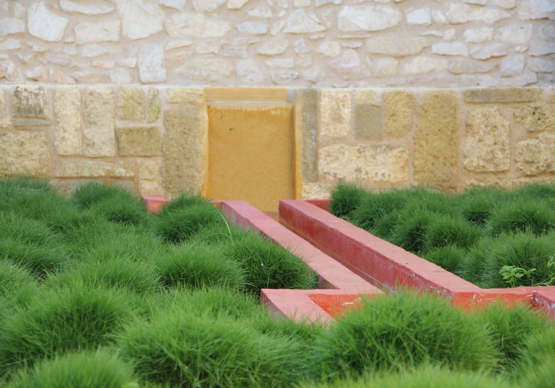 aménager une cour intérieure : couloir d'eau en beton ciré teinté dans la masse