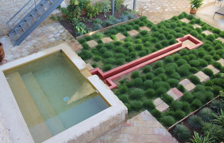 piscine spa en béton ciré et son couloir d'eau original