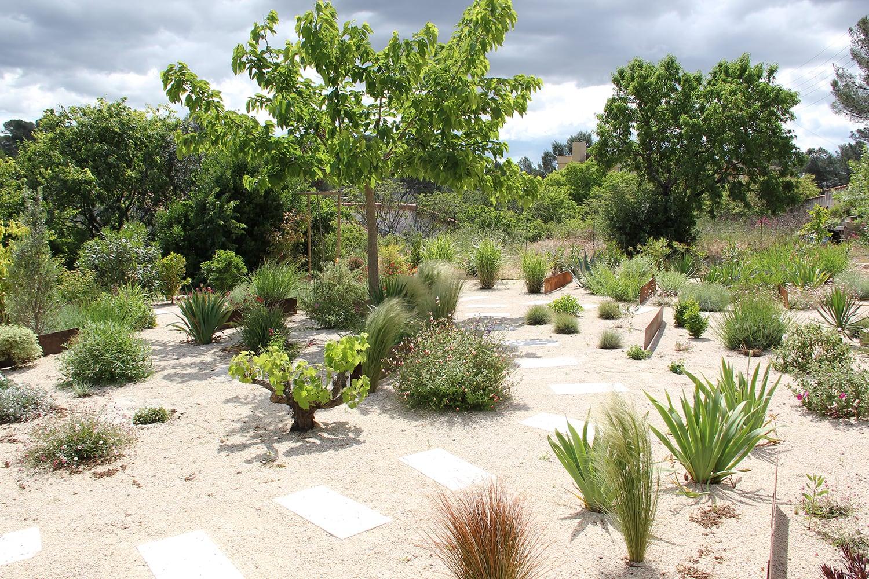 idée sol pour un jardin méditerrannéen original : sol en recoupe de pignan et pas japonais