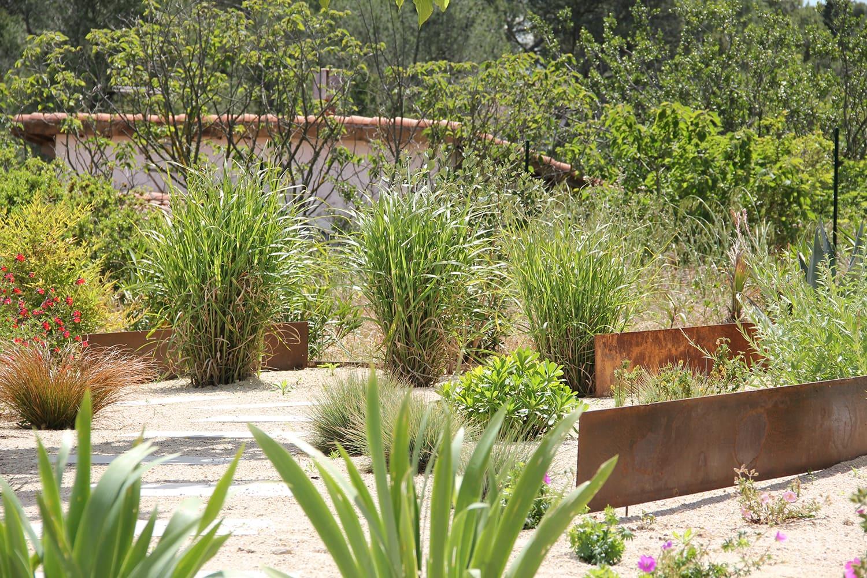 jardin sec méditerrannéen avec peu de plantes pour préserver la vue sur St Gely du Fesc